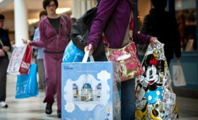 US retail spending slumps in February