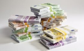 Household savings hit record level of €125 billion